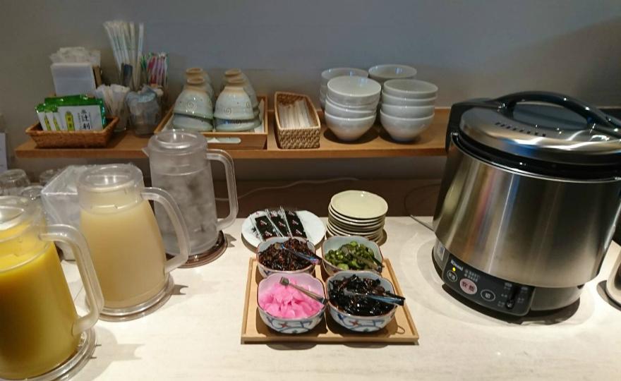 お米は京都産ヒノヒカリを使用。お漬物もご自由にどうぞ。